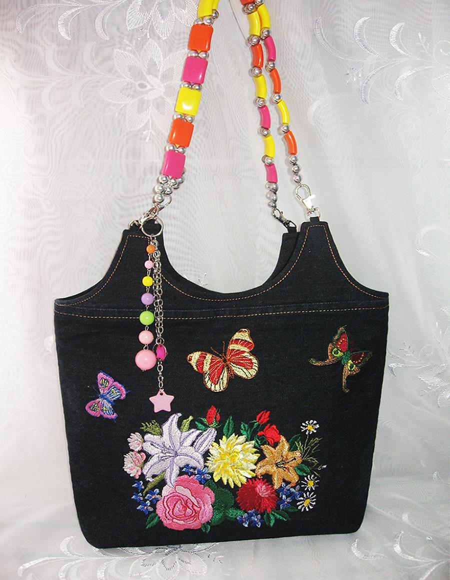 Яркая красочная сумка с вышитыми шелковыми ниткам гладью цветами и бабочками.  Сшита из темно-синего джинса, внутри...